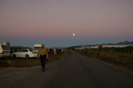 Sonnenaufgang. Man beachte Nebel und Mond.