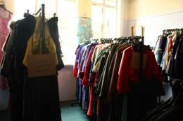 Klamotten im Antiquitätenladen