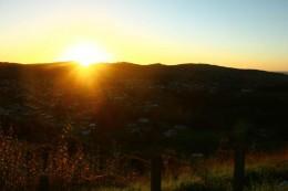 Die Sonne lugt hinter den Bergen hervor