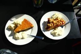 Crème brûlée zur Linken und fruit short cake zur Rechten