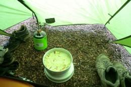 Milchreis mit Äpfeln im Vorzelt neben leckeren Käse-Schuhen