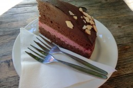 Veganer Schoko-Rote-Beete-Kuchen mit Schokoladen-Avocado-Topping mit Mandeln