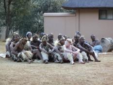 Die Zulutanzgruppe (nein, wir wissen nicht, wie da das weiße Kind reingekommen ist)