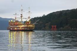 Sightseeing-Schiff und Torii in Moto-hakone-ko - theoretisch kann man an guten Tagen wohl den Fuji im Hintergrund sehen