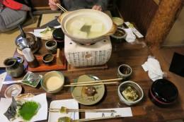 Gekochter Tofu, Sesamtofu, Suppe aus geriebener Süßkartoffel (???), Tofuspieße, frittiertes Gemüse, Reis, Eingelegtes