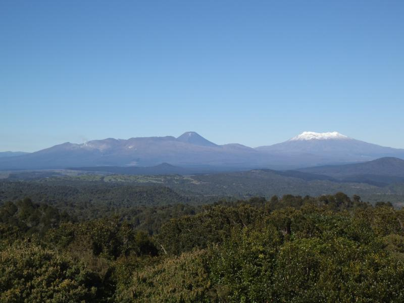 Rahui, Mount Ngauruhoe und Mount Ruapehu aus der Ferne