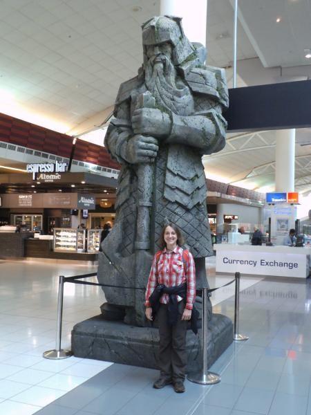 Ich bin ein Zwerg gegen die Zwergenstatue im Flughafen von Auckland