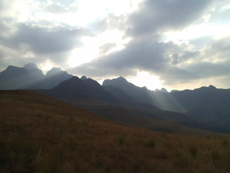 Wolken und Lichtspiele, davon haben die Drakensberge mehr als genug (Cathedral Peak)