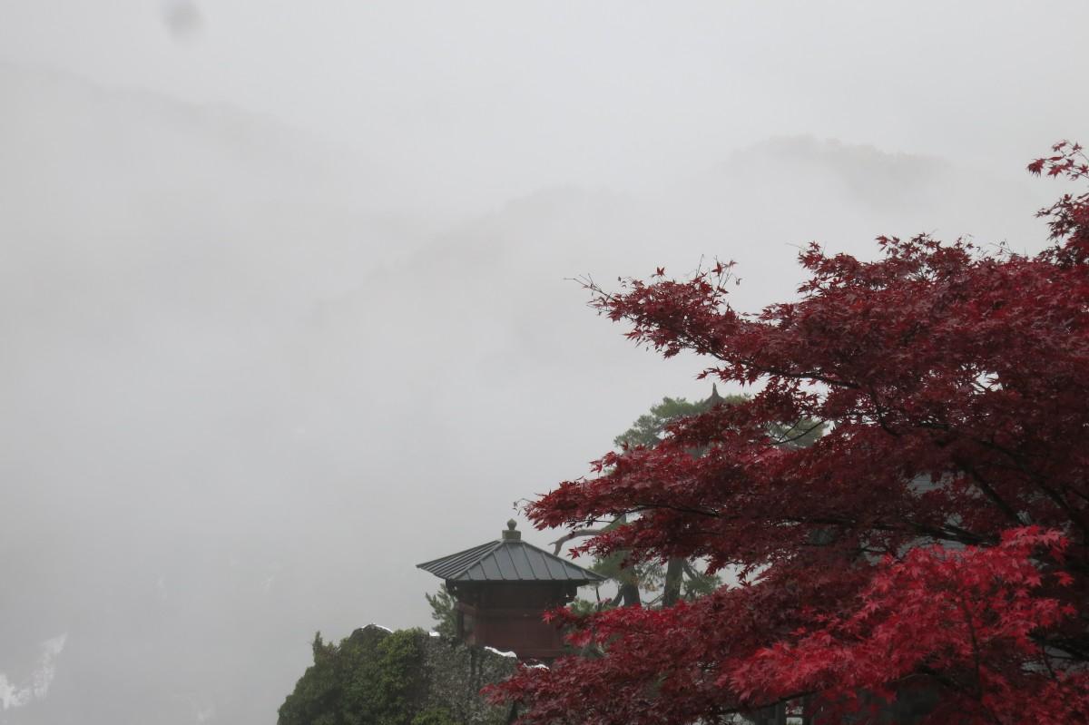 Ausblick von Yamadera auf die gegenüber (in der Wolke) liegenden Berge - phantastisch!