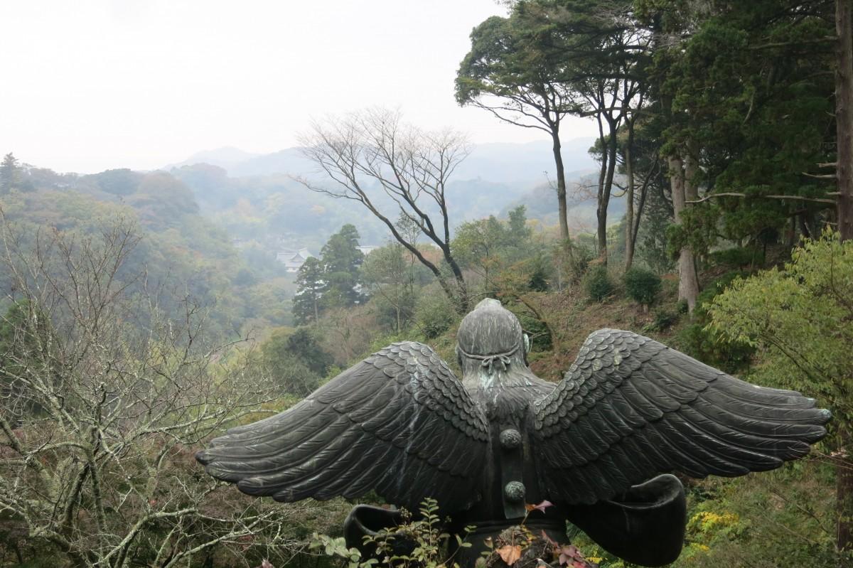 Einer der Wächter schaut auf seinen schutzbefohlenen Tempel Kencho-ji (Kamakura)