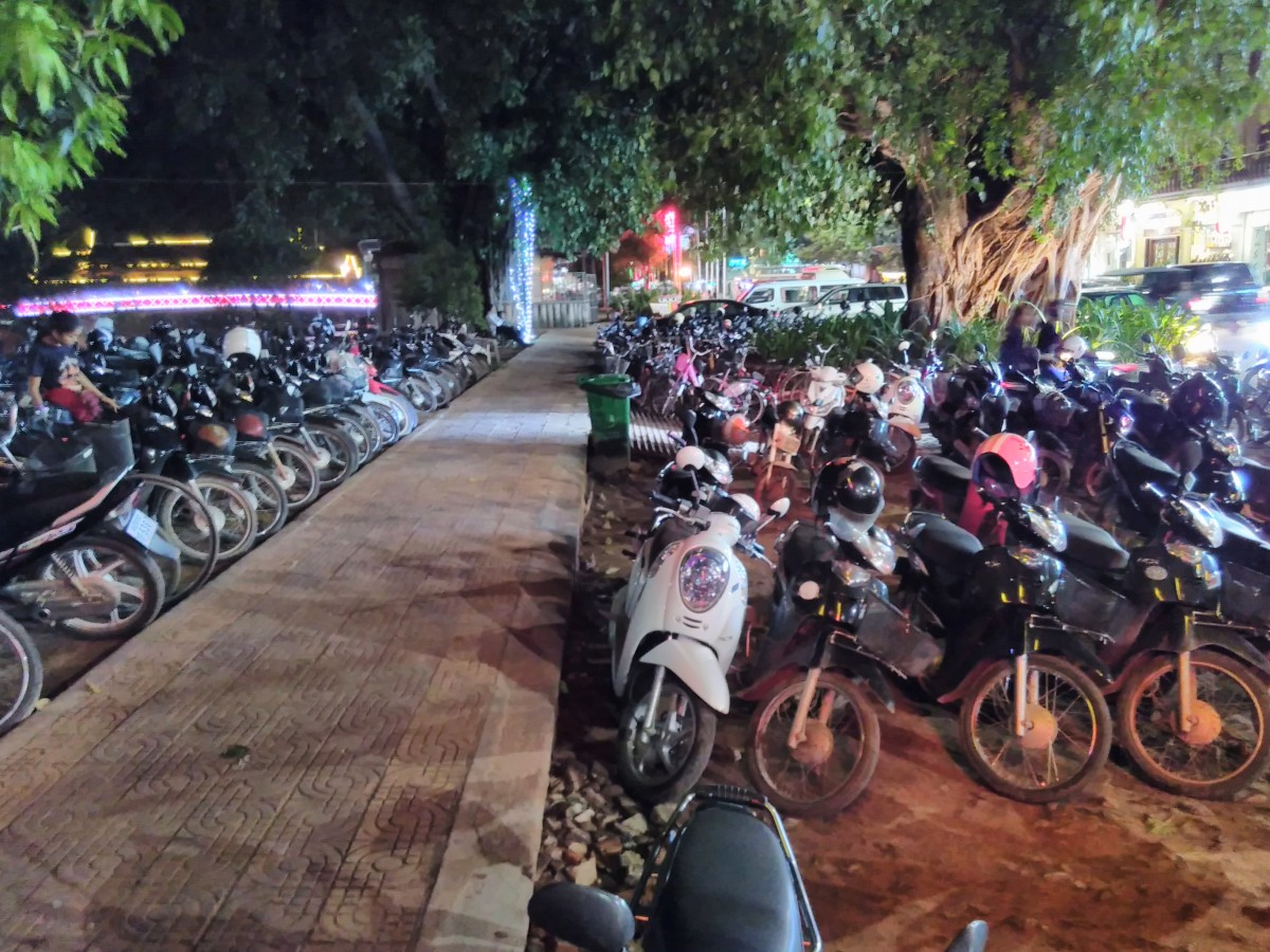 Mopedparkplatz an der Uferpromenade in Siem Reap