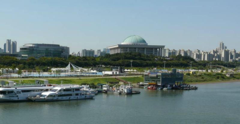 Hanfluss-Fähre und das Parlament Südkoreas