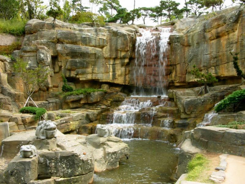 Wasserfall neben dem koreanischen Garten