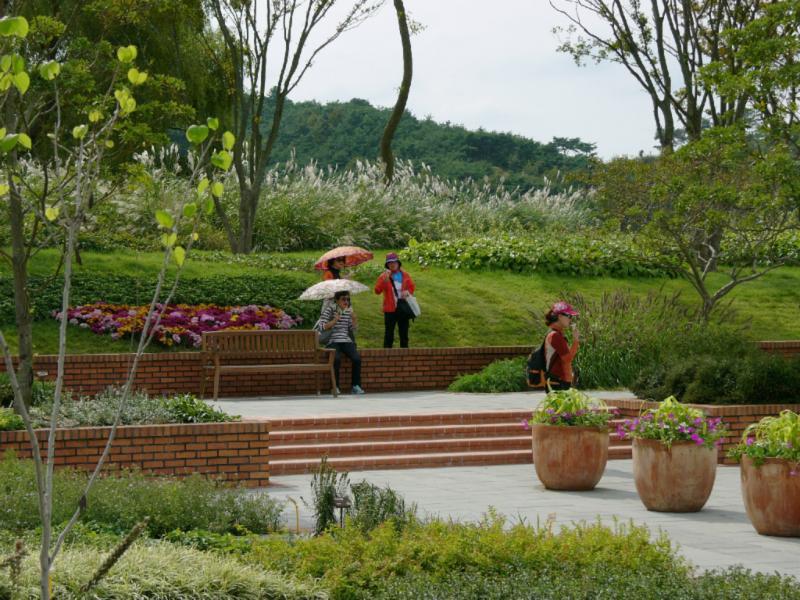 Sonnenstrahl-beschütze Besucher im D-Garten