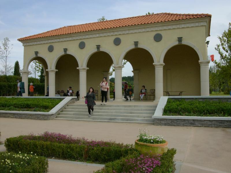 Der italieneische Pavillon mit Garten, schattig!