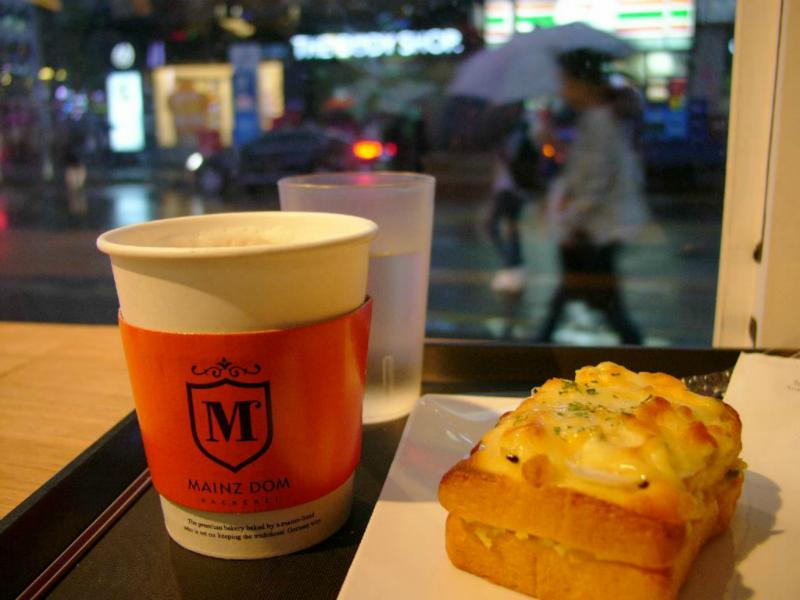 Ausblick auf trübes Wetter bei gutem Kaffee