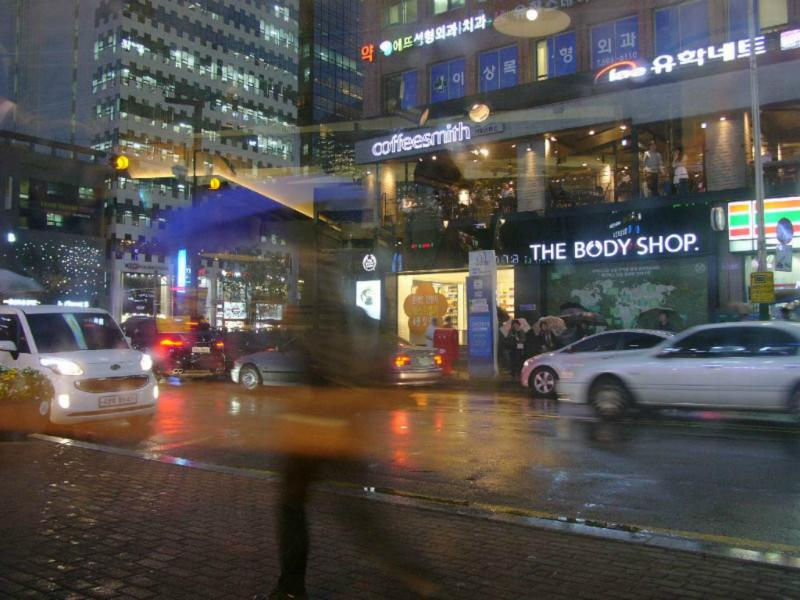Im Regen werden hastende Menschen zu Schemen