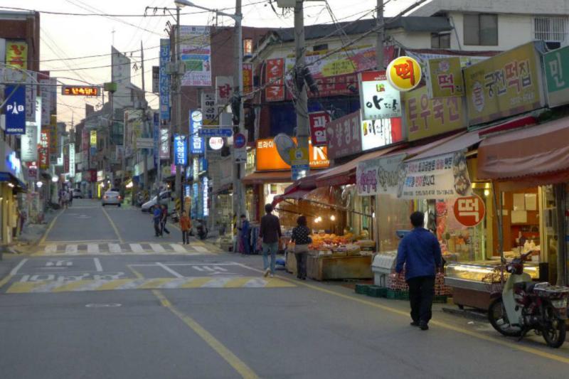 Straßenszene in einem typischen Wohnviertel Seouls