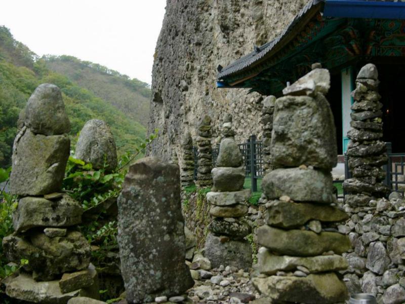 Alle Steintürmchen halten ohne Mörtel oder Zement