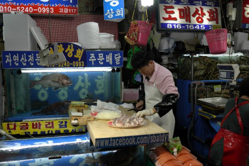 frisch filetiert und dem Kunden auf Eis gelegt verkauft