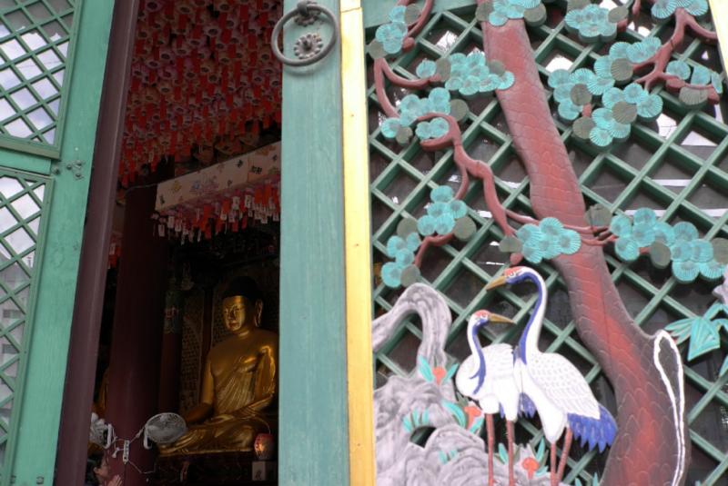 Große Halle mit den Buddhas