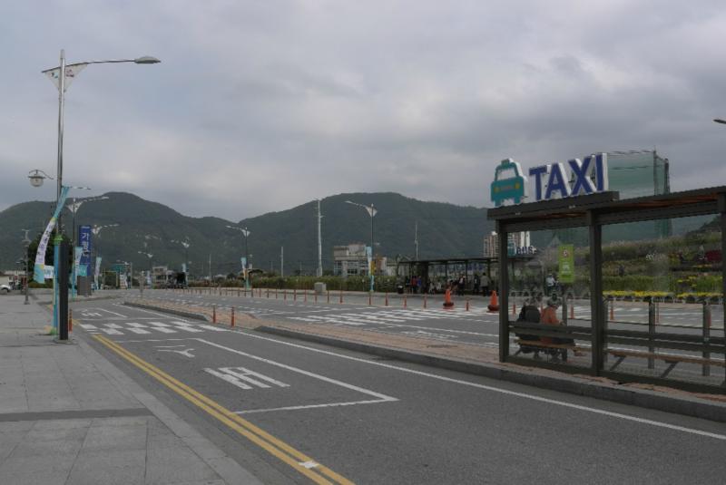 Großer, schöner Vorplatz mit Bus/Taxistand in Gapyeong