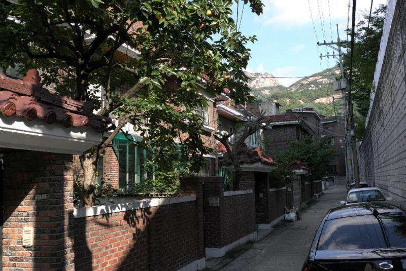 Blick in eine Straße mit typischen Häusern