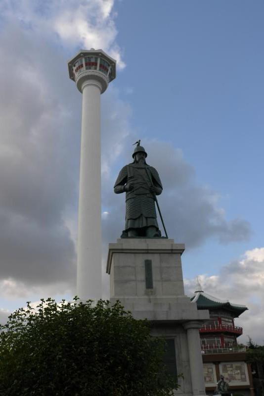 Busan Tower, vorne General Yi (Volksheld)