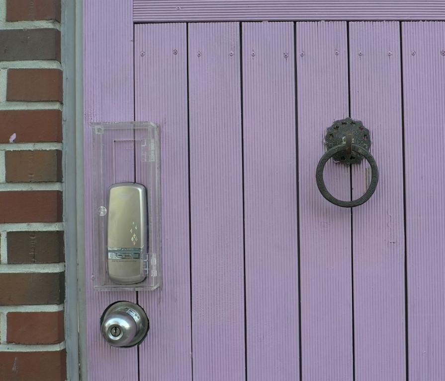 Lila Tür, klassischer Türklopfer und moderne Schließanlage - eben FUSION
