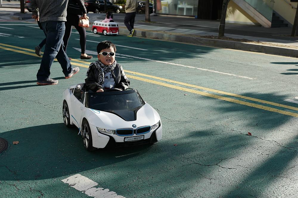 Ein schon ganz stilechter junger BMW-Fahrer :-)
