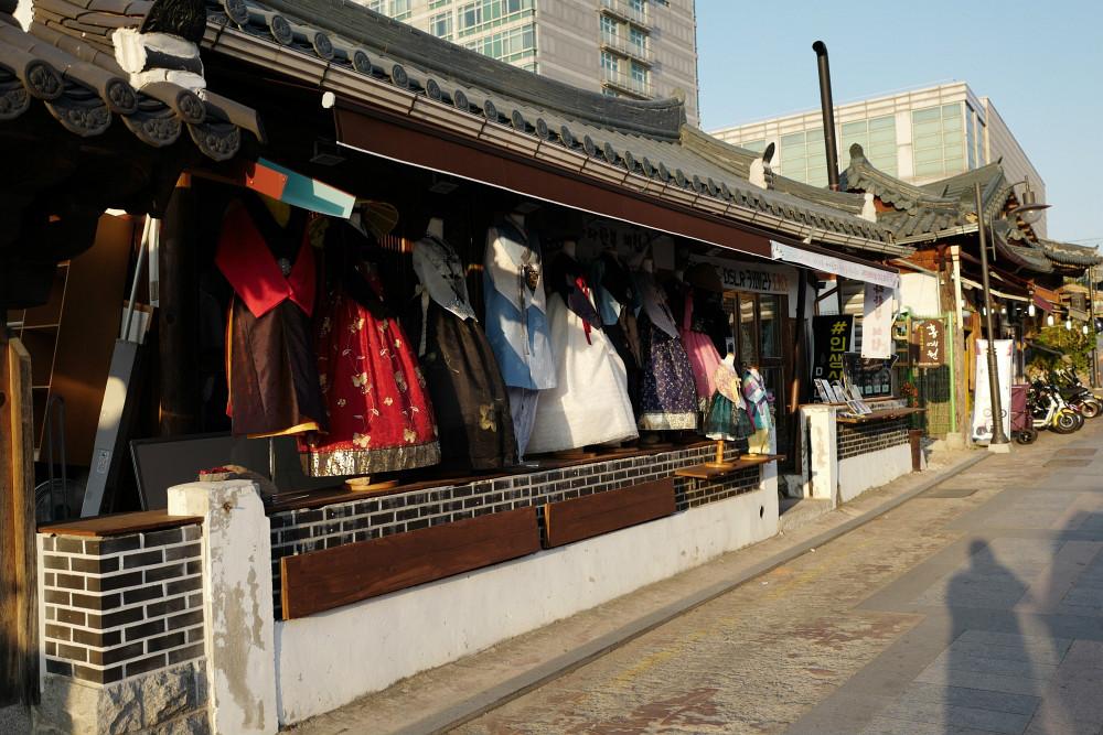 Zu den alten Häusern passt die Tracht Hanbok...