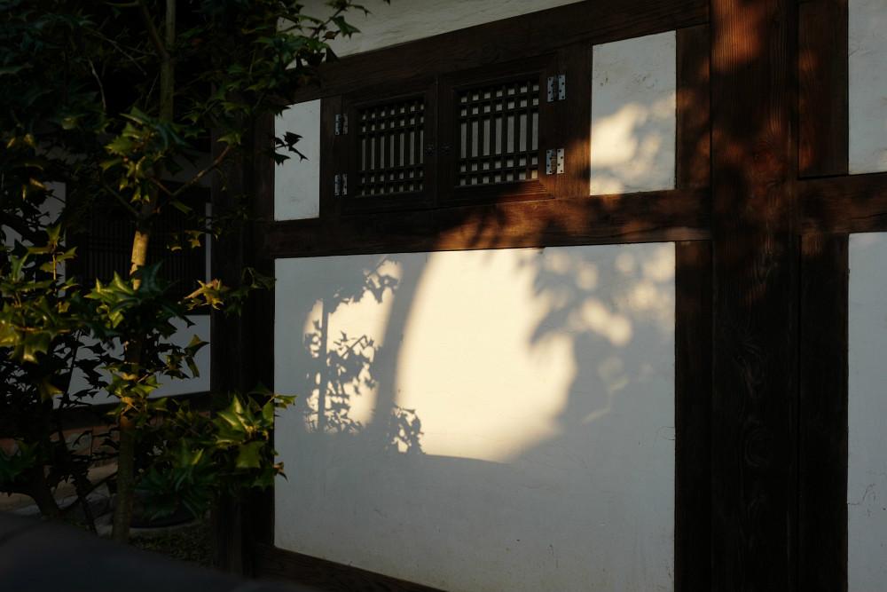 Die niedrige Sonne zeichnet auf die Wände