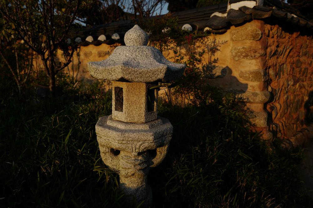 Steinpagoden als Laternen am Abend