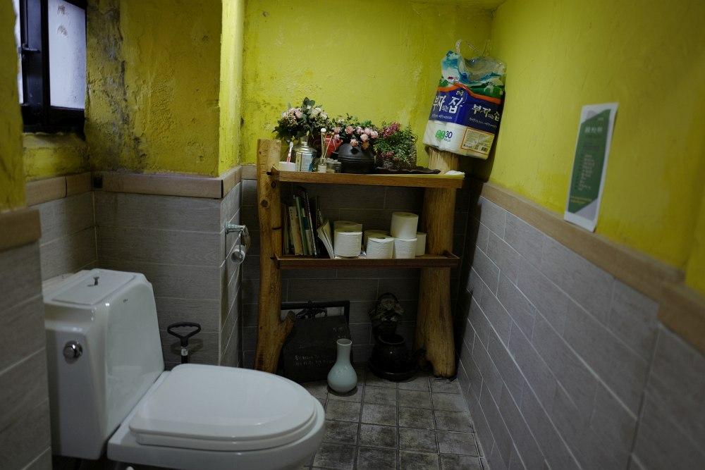 nett gestaltet: WC in einem Cafe in Busan