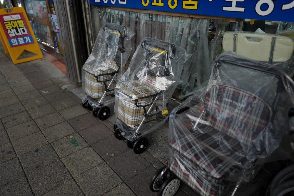 Koreanische Rollatoren mit richtigem Sitz! Gute Idee!