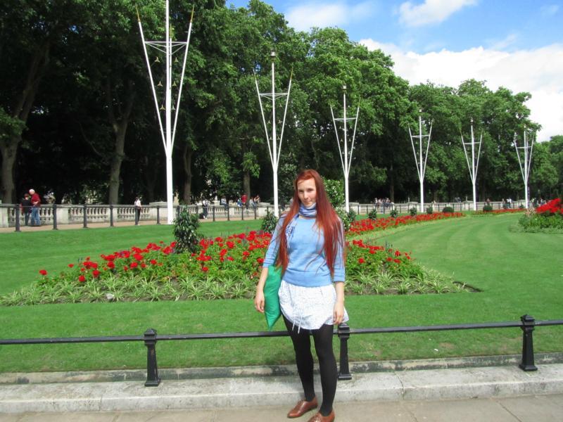Ich, im Vorgarten der Queen.