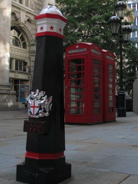 Hydrant und Telefonzelle im England-Style