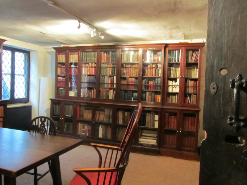 Bibliothek mit einer Sammlung seiner Werke.