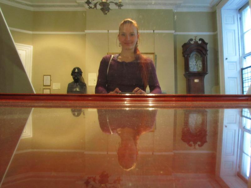 Spiegelaffe im Dinning Room. Gäste waren sehr willkommen.