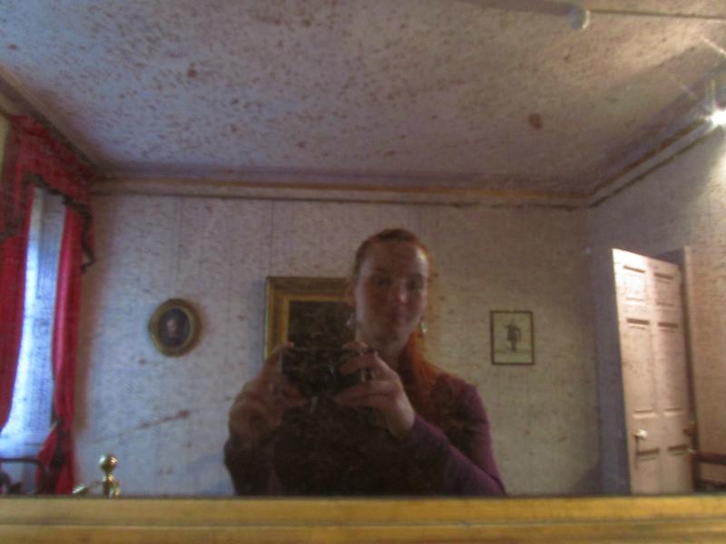 Alter Spiegel zeigt mich im Drawing Room.