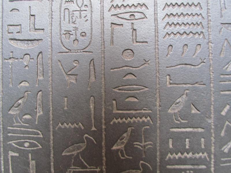 Hieroglyphen auf einem Sarkophag.