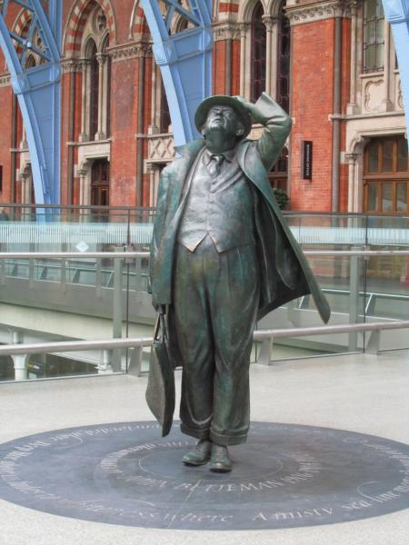 Bronzestatur im Bahnhof