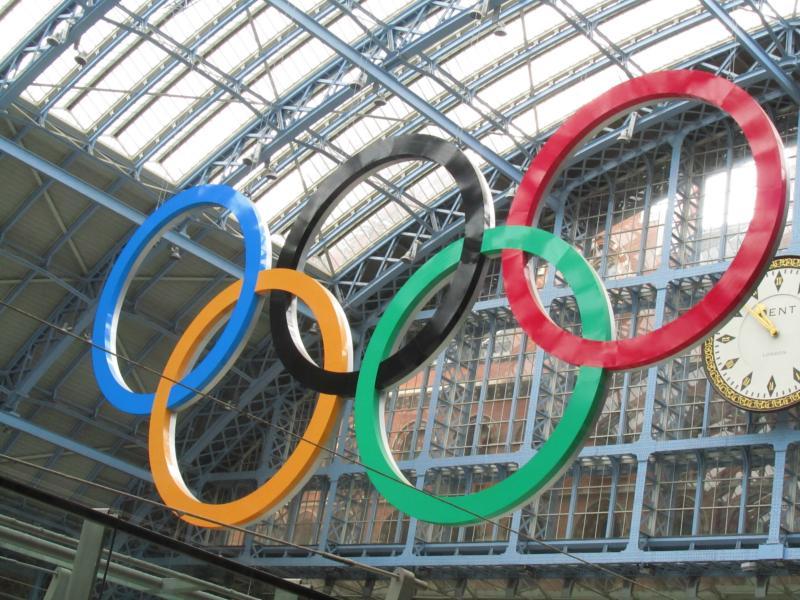 Olympische Ringe mitten im Bahnhof