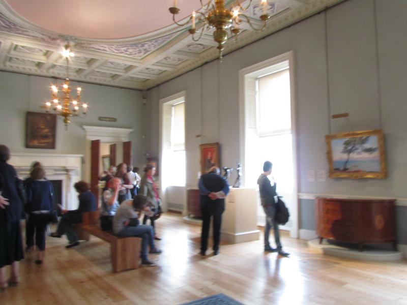 Ein Raum mit Exponaten, u.a. Manet, Monet, Renoir, Degas.