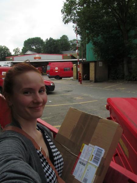 Ich mit meinem ersten Paket vor der Post.