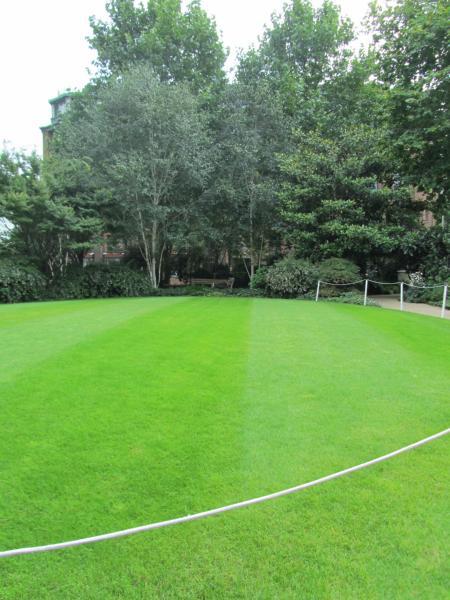 Echt englischer Rasen, sogar abgesteckt, denn: Betreten verboten.