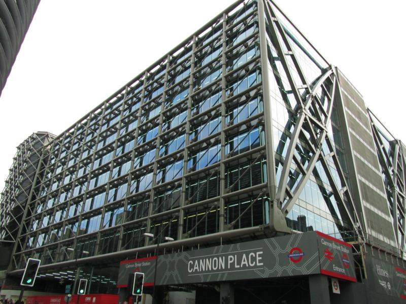 Futuristisch dieses Gebäude; mit U-Bahn-Station