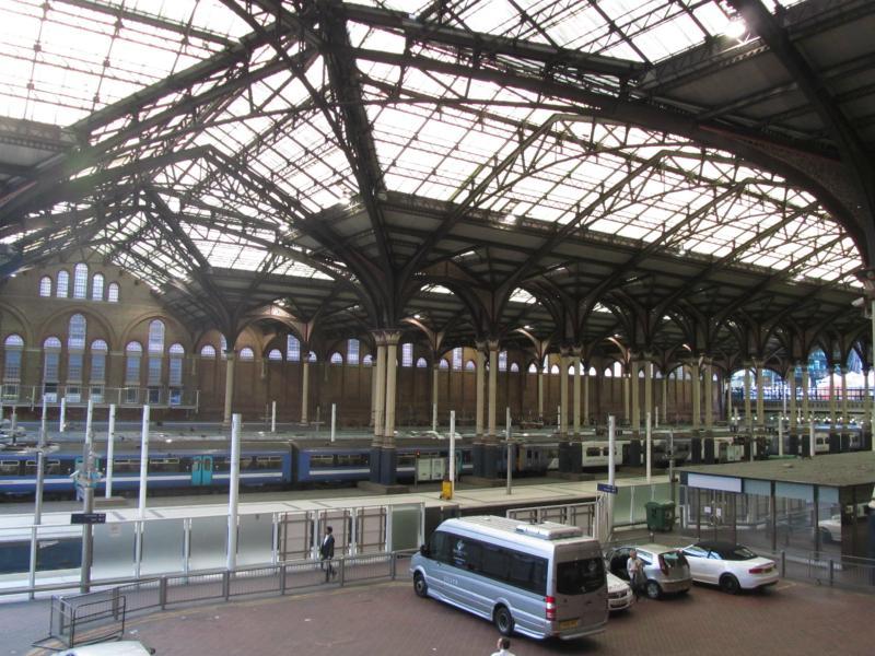Züge und Gleise vom Bhf.
