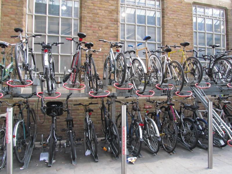 Fahrradständer vor der Bahnhofshalle.