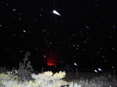Vulkan bei Nacht und Regen